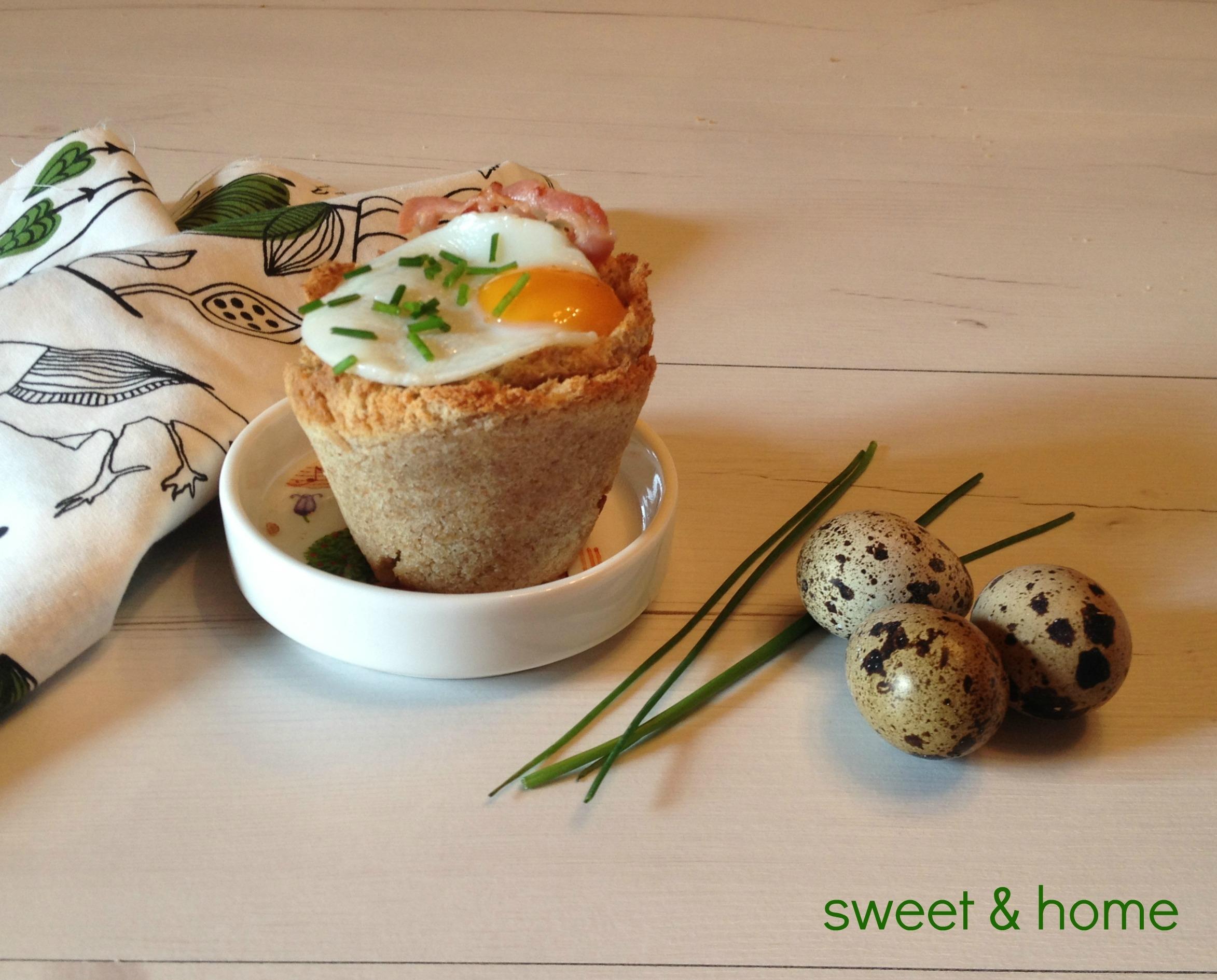 cesto de champiñones, bacon y huevo de codorniz
