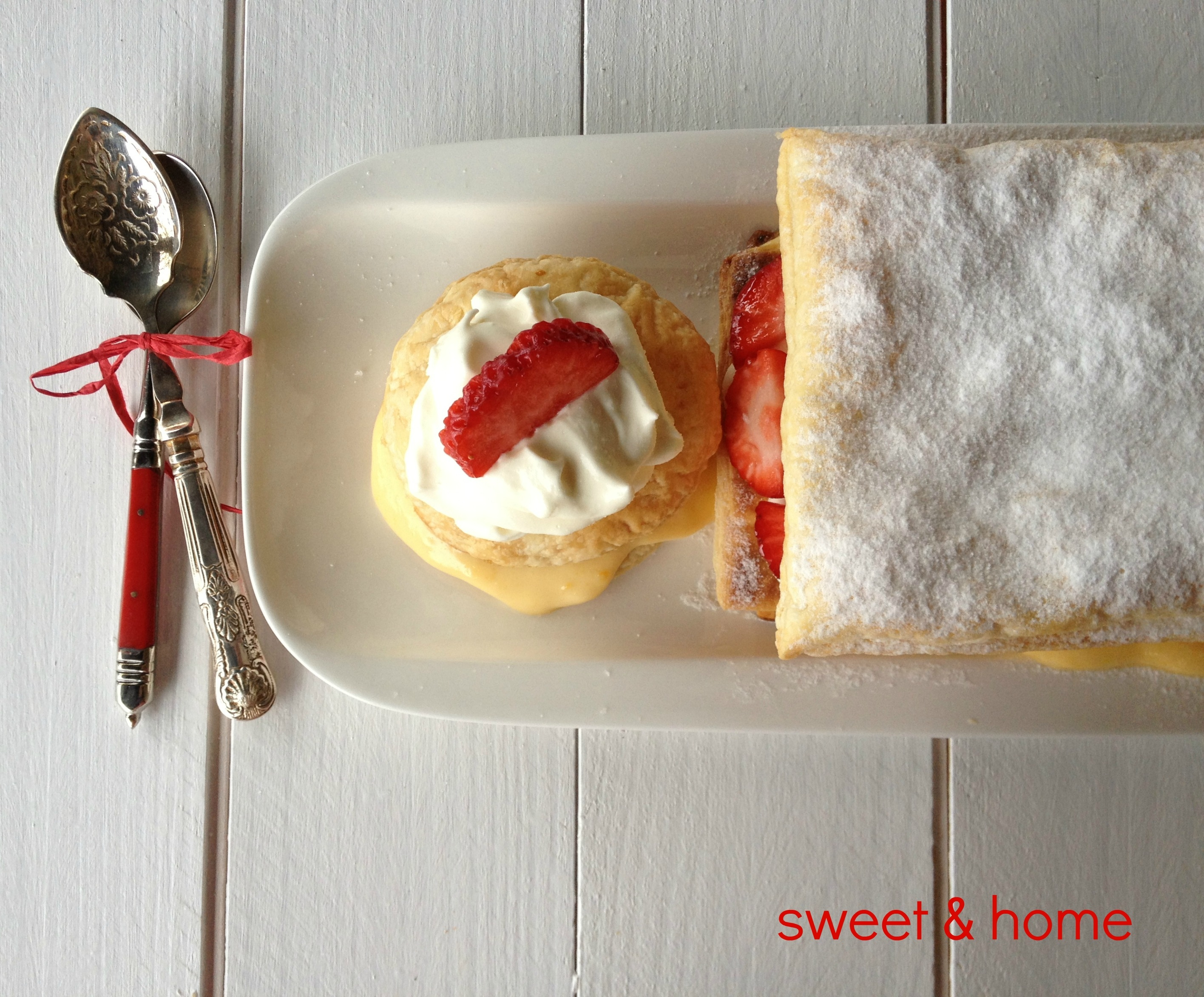 milhojas de crema, fresas y nata