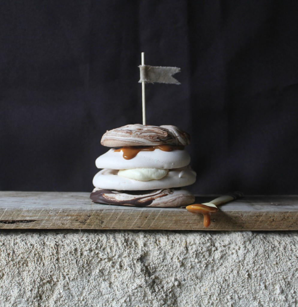 pavlova pequeña con vetas de chocolate