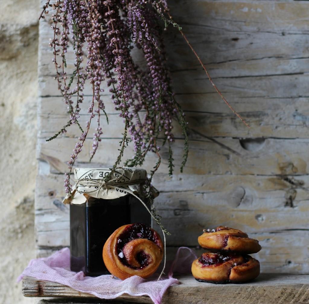 rollitos de canela rellenos de mermelada de moras