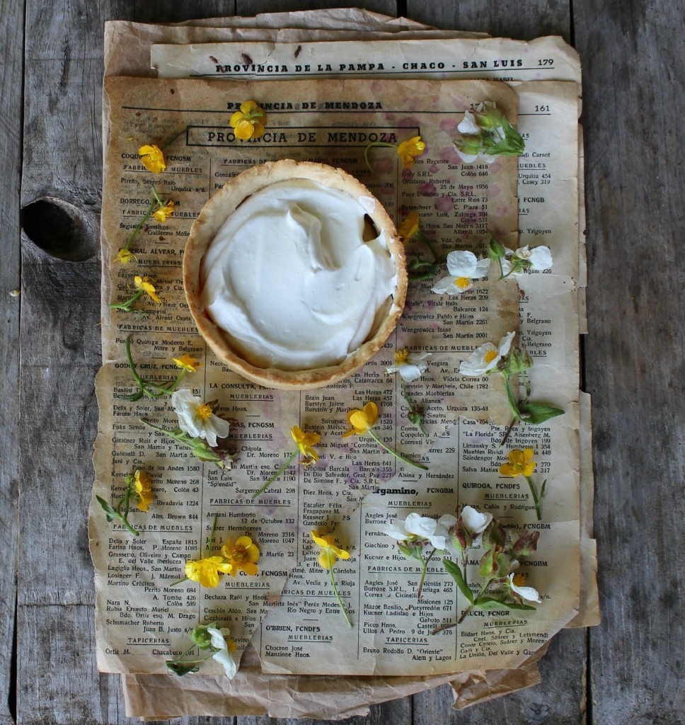 pastel de crema, nata y melocotones